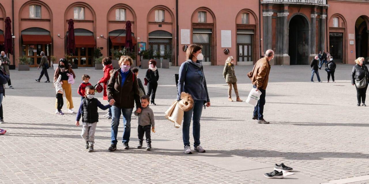 """""""Priorità alla scuola"""" in sicurezza, un centinaio di persone in piazza Matteotti"""