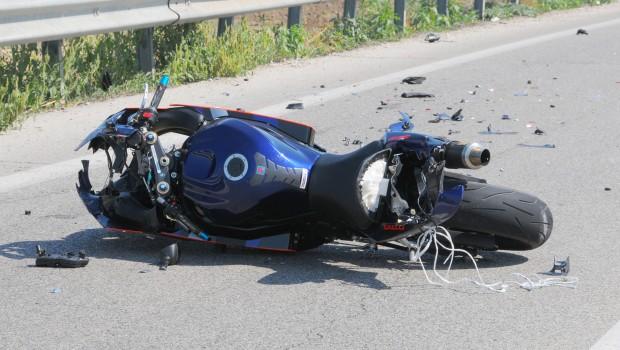 Scontro frontale fra una moto e un autobus, morto un centauro di 26 anni