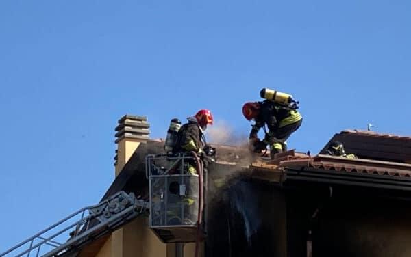 Incendio con fiamme altissime e denso fumo in Pedagna Est