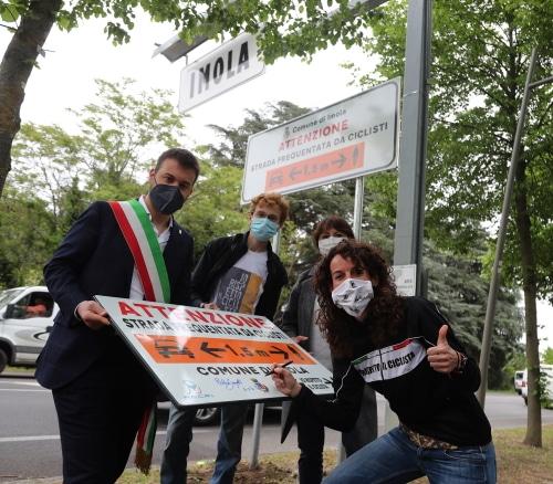 """""""Attenzione – strada frequentata da ciclisti"""", 9 cartelli aiutano chi va in bici"""