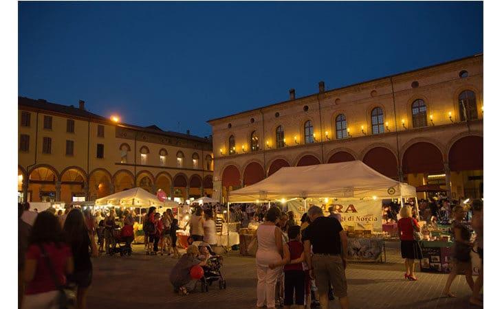 Per la Giornata mondiale della Fibromialgia, luce viola in piazza Matteotti