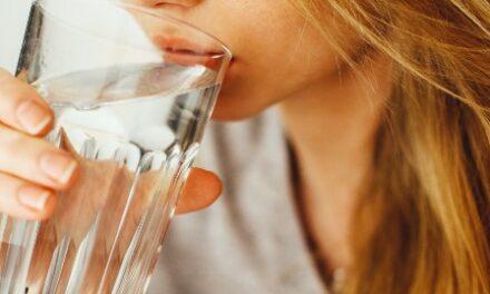 """Arriva il """"grande caldo"""": bere tanta acqua, molte docce, frutta e verdura"""