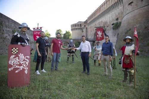 """""""I difensori della Rocca"""" si allenano e tengono pulito il largo fossato"""