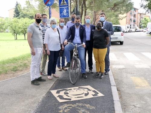 """Primo esperimento di un tratto di strada con asfalto """"morbido"""" per le cadute"""