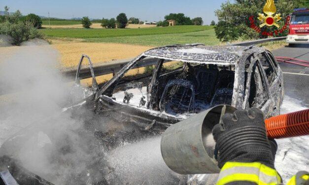A fuoco un'auto in A14 nei pressi di Castel San Pietro: intervengono i pompieri