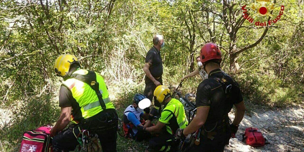 Ciclista cade da un sentiero: portato con il Drago dei pompieri al Maggiore