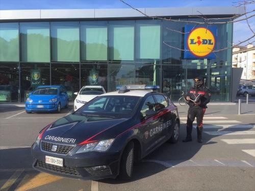 Tenta un furto al Lidl e fermato dai carabinieri li assale: denunciato un 27enne