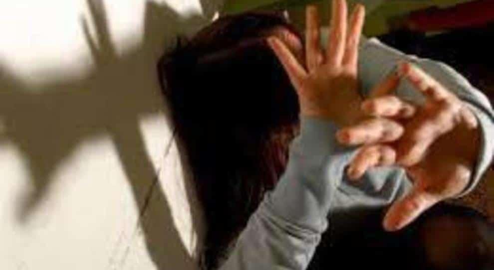 Padre violenta e mette incinta la figlia minorenne: arrestato
