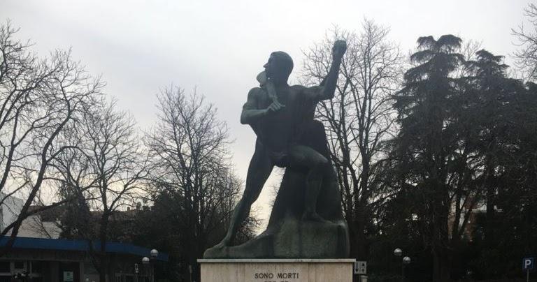 Europei, il monumento al Partigiano imbrattato da alcuni ragazzi: l'Anpi e il sindaco condannano