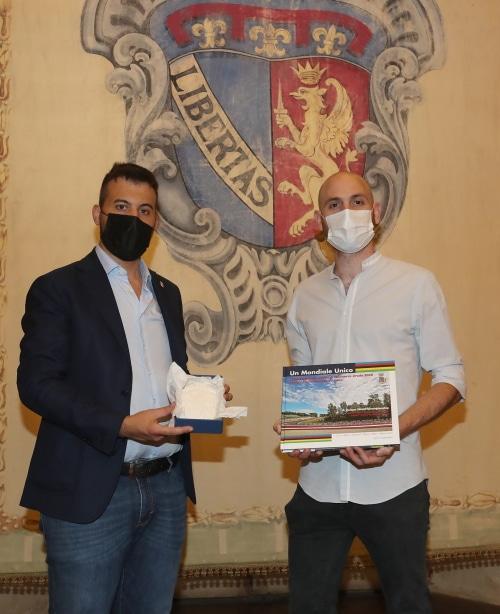 Panieri premia Enrico Cocchi che ha vinto un prestigioso premio per la ricerca genetica