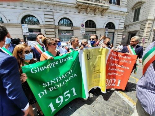 Panieri a Roma alla manifestazione per la dignità e la reputazione dei sindaci
