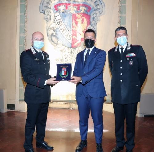 Oxilia, promosso Maggiore dei carabinieri, in municipio dal sindaco con il Col. Solazzo