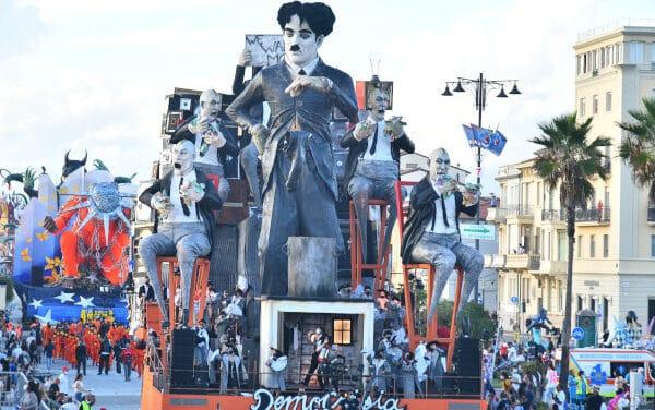 Il Carnevale di Viareggio è tornato a sfilare sui Viali a Mare