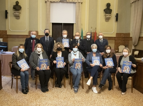 """""""La Scuola della cucina italiana a fumetti"""" donata alle scuole elementari e medie"""
